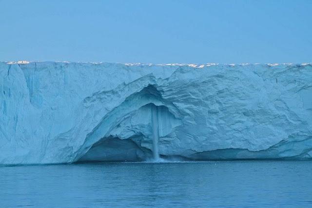 الشلالات الجليدية في سفالبارد في النرويج glacier-waterfalls-4